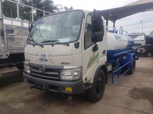 Xe phun nước rửa đường Hino 4 khối chất lượng Nhật Bản đời mới